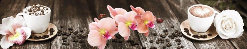 Skinalikoffie met bloemen op de achtergrond van de raad stock afbeeldingen