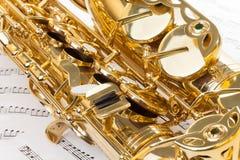 Skinande alt- saxofon med detaljerad sikt av tangenter Fotografering för Bildbyråer
