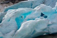 Skinande blå is av den Nigardsbreen glaciären Royaltyfri Fotografi