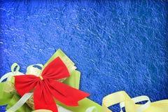 Skinande blått blad med bandet på skinande folietexturbakgrund Fotografering för Bildbyråer