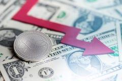 Skinande cryptocurrencymynt för silver ANRYZE med tolkningen för underskott 3d för negativ diagramkraschbaisse den fallande bortt royaltyfria foton
