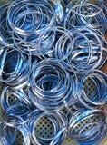Skinande färgrika nätta metallarmringar Arkivbild