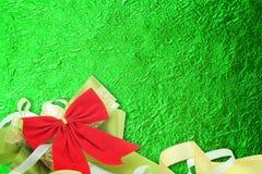 Skinande grönt blad med bandet på skinande folietexturbakgrund Arkivbild