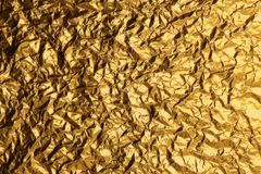 Skinande gul bakgrund f?r textur f?r guld- folie f?r blad arkivbild
