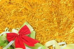 Skinande gul bladguld och band på skinande folietextur Arkivbilder