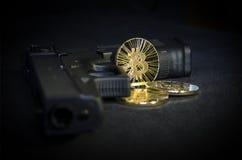 Skinande guld- Bitcoin mynt med vapnet på svart bakgrund royaltyfri foto