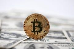 Skinande guld- bitcoin som populärt innovativt digitalt pengaranseende på gamla hundra dollarsedlar arkivbild