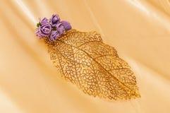 Skinande guld- dekorativt blad royaltyfria foton