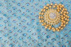 skinande guld- smycken på eleganstyg Arkivbilder