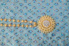 skinande guld- smycken på eleganstyg Royaltyfri Fotografi