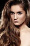 Skinande hår för lång volym, smink. Härlig modellframsida för mode royaltyfri foto