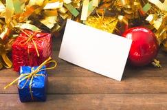 Skinande juldekor och tomt affärskort på trätabellen Julkortmodell Arkivfoto