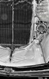 Skinande kromgrillwork på en tappninglyxfartdåre arkivfoton