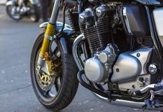 Skinande krommotorcykelmotor och framåt däckhjul arkivbild