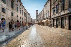 Skinande marmor som gatan i centrala Dubrovnik arkivbilder