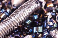 Skinande metallrakningar efter metallklipp Royaltyfria Foton