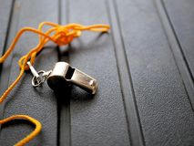Skinande metallvissling med den ljusa orange taljerepet Arkivfoton