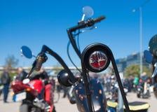 Skinande motorcykelbaksäteskallar royaltyfri bild