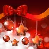 Skinande prydnader och ljus på röd bakgrund för helig jul Royaltyfri Fotografi