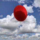 Skinande röd baloon med landskapreflexion framförande 3d Arkivfoto