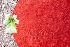 Skinande röd bladguld och vitband på skinande folietextur Arkivbild