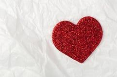 Skinande röd hjärta på vitbok Royaltyfria Bilder