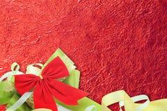 Skinande rött blad med bandet på skinande folietexturbakgrund Arkivbild