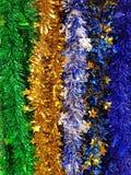 Skinande regnbåge färgad julfolie Tinsel Garland fotografering för bildbyråer
