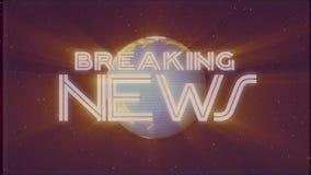 Skinande retro BREAKING NEWStext med ljusa strålar för jordjordklotet som flyttar tv för effekt för intro för det gamla vhs-bande stock video