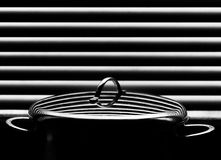 Skinande rostfri kastrull med räkningen på den abstrakta bakgrunden Fotografering för Bildbyråer