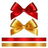 Skinande rött och guld- satängband på vit bakgrund Arkivfoton