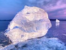 Skinande rynkad bruten is för yttersida, nya iskalla stycken på plan frostjordning Royaltyfria Bilder