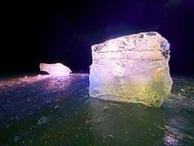 Skinande rynkad bruten is för yttersida, nya iskalla stycken på plan frostjordning Arkivfoton