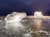 Skinande rynkad bruten is för yttersida, nya iskalla stycken på plan frostjordning Fotografering för Bildbyråer