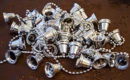 Skinande silverjulgarnering på en brun yttersida Fotografering för Bildbyråer
