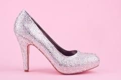 Skinande sko för hög häl med bergkristaller Arkivbilder