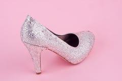 Skinande sko för hög häl med bergkristaller Royaltyfri Fotografi