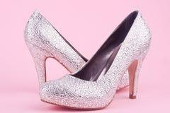 Skinande skor för hög häl med bergkristaller Arkivbild