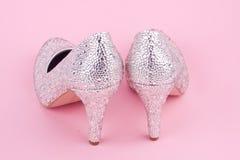 Skinande skor för hög häl med bergkristaller Royaltyfria Foton