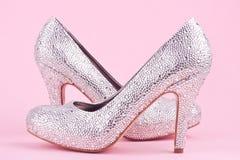 Skinande skor för hög häl med bergkristaller Arkivfoton