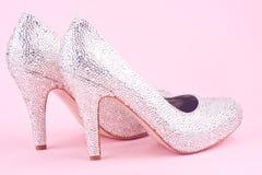 Skinande skor för hög häl med bergkristaller Fotografering för Bildbyråer