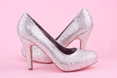 Skinande skor för hög häl med bergkristaller Arkivbilder