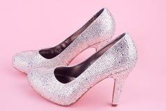 Skinande skor för hög häl med bergkristaller Arkivfoto