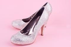 Skinande skor för hög häl med bergkristaller Royaltyfri Bild