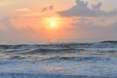 Skinande soluppgång i stranden royaltyfria bilder
