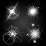 Skinande soluppsättning för vektor med strålar Glödande stjärnor och stjärn- objekt på genomskinlig bakgrund Royaltyfria Bilder