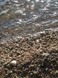 Skinande vågor och kiselstenar 16 Royaltyfri Bild