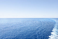 Skinande vatten i färgrik havssida arkivbild