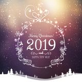 Skinande Xmas-boll för glad jul 2019 och nytt år på feriebakgrund med vinterlandskapet med snöflingor, ljus, stjärnor stock illustrationer