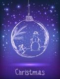 Skinande Xmas-boll med snögubben för beröm för glad jul på mörk violett bakgrund med ljus, stjärnor tecknad hand Royaltyfri Fotografi